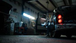 czarny pickup w garażu
