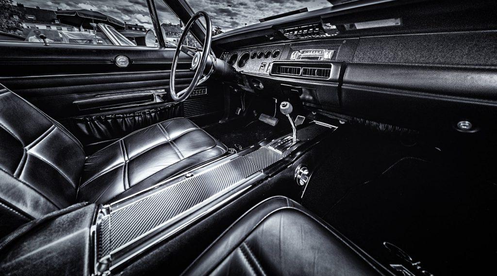 oldskulowe wnętrze samochodu