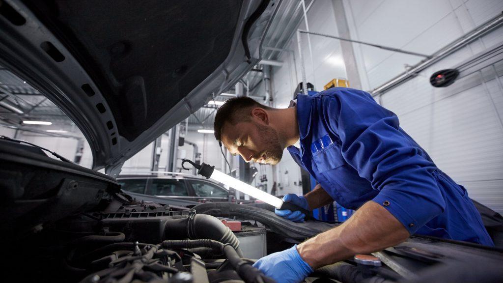 mechanik pracujący przy alternatorze